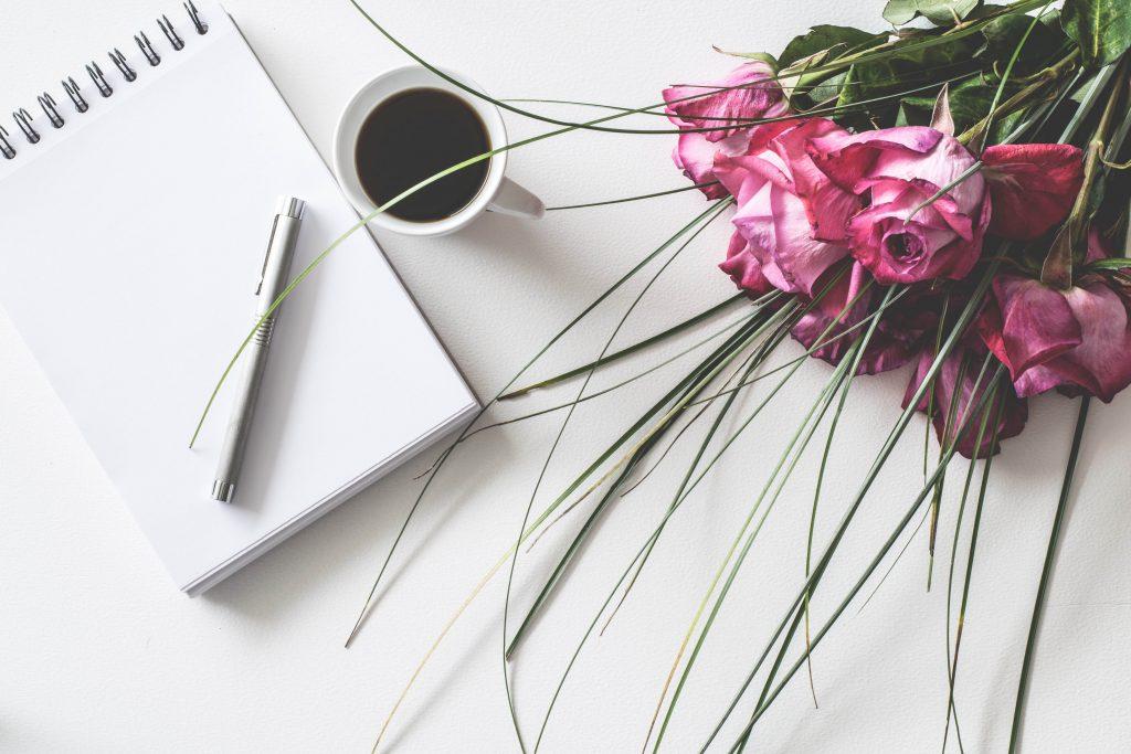 Flores y una libreta en san valentín