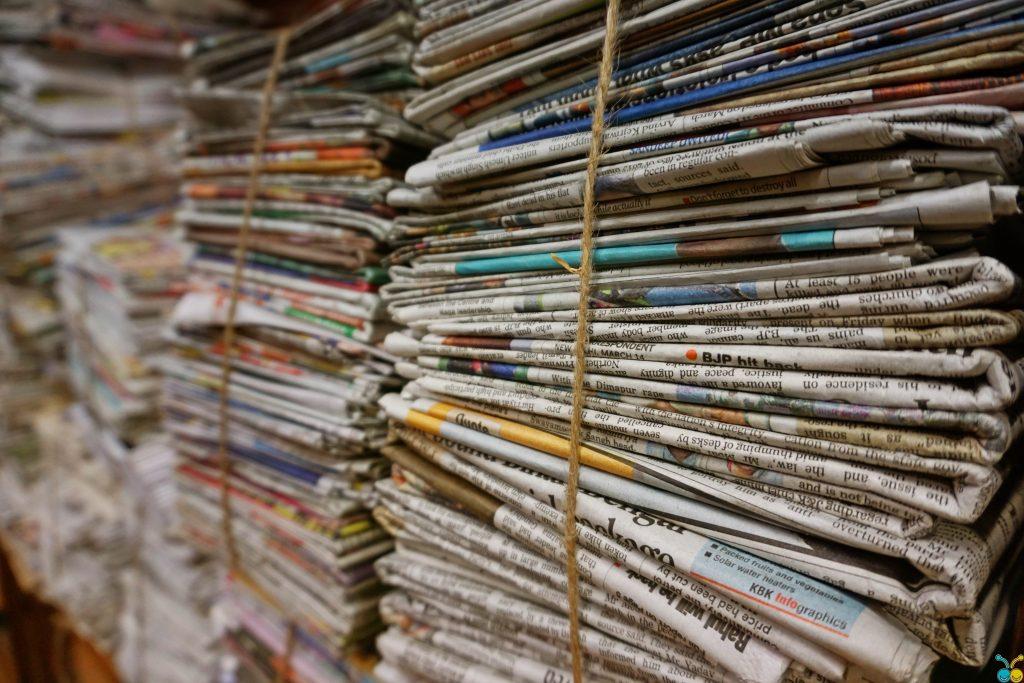 periódicos apilados con los mejores temas para notas de prensa